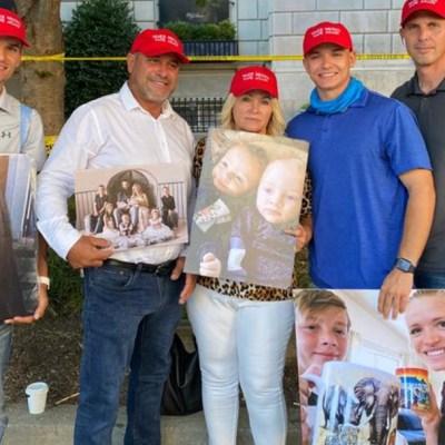 Adrián LeBarón muestra imágenes de su familia asesinada