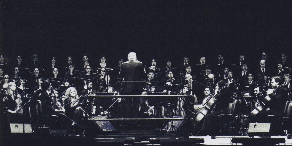 Ennio Morricone conduce una orquesta