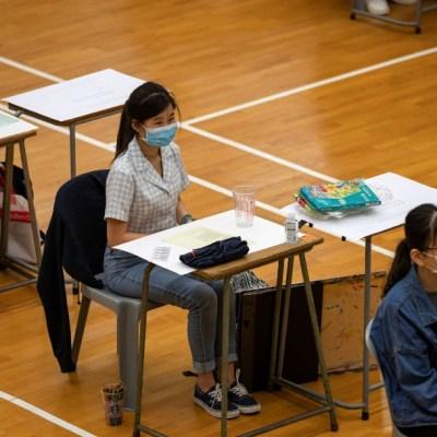Estudiantes de secundaria con cubrebocas en Hong Kong