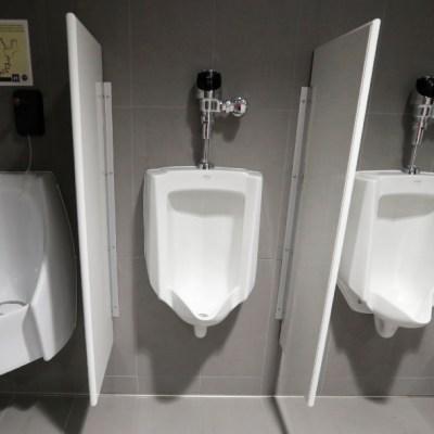 Expolicía va a la cárcel por obligar a indigente a lamer un baño público