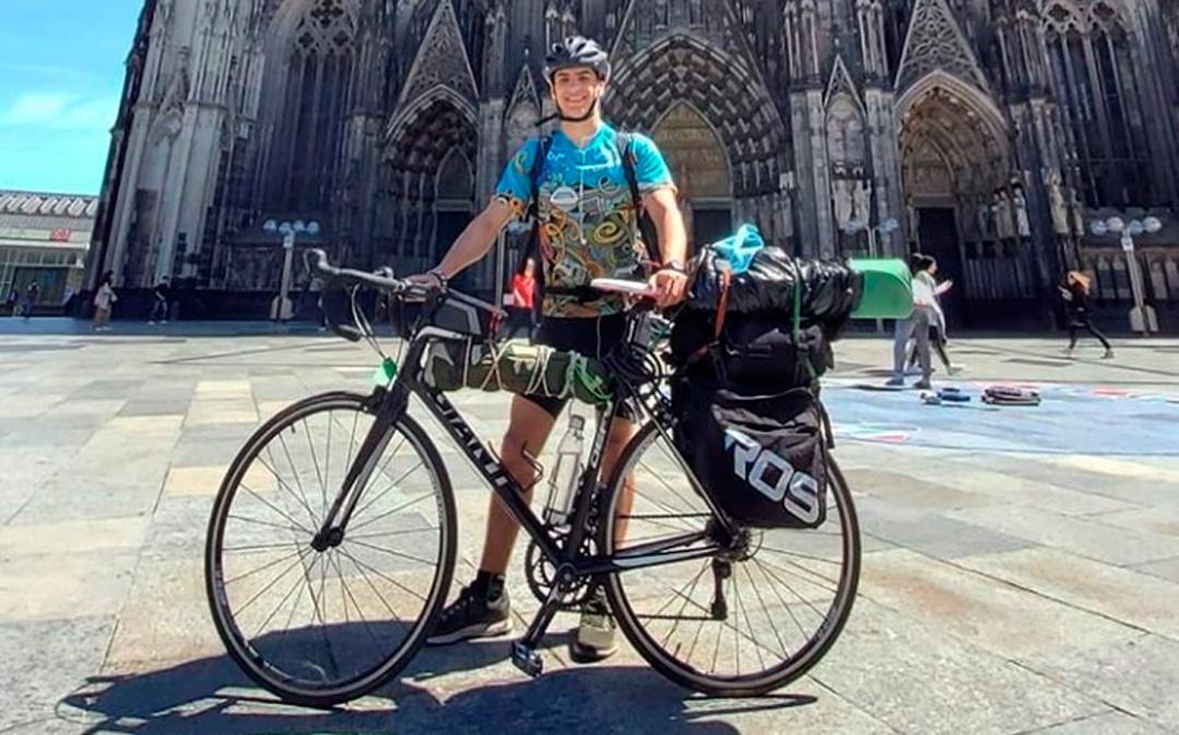 El estudiante regresó a Grecia desde Escocia en bicicleta