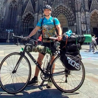 Estudiante viaja más de 3 mil kilómetros en bicicleta para regresar a casa; quedó atrapado por la pandemia