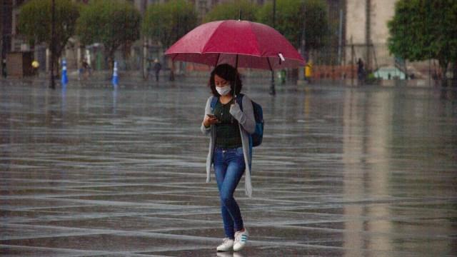 Una joven se protege de la lluvia que se registra en la Ciudad de México