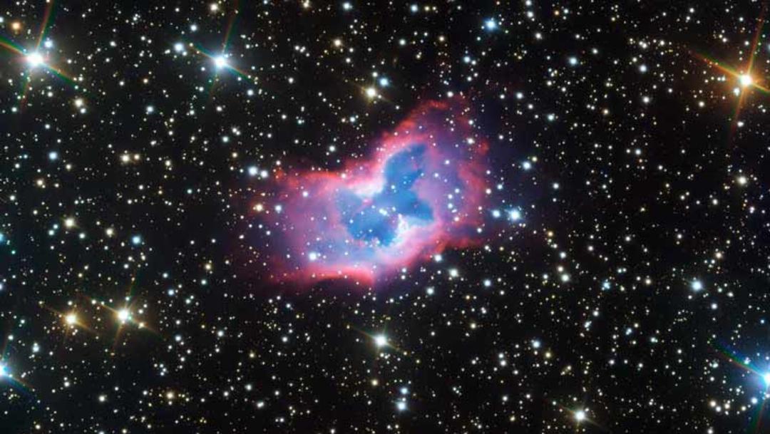 """Imágenes nítidas de una """"mariposa espacial"""", una burbuja de gas conocida como NGC 2899"""