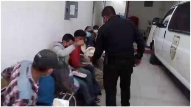 Rescatan a migrantes de caja de tráiler