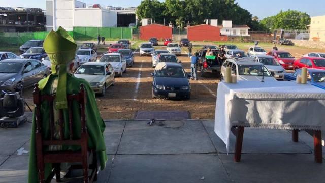 La Arquidiócesis de Cuernavaca celebró este domingo 19 de julio la primera misa en auto en el estacionamiento de un autocinema