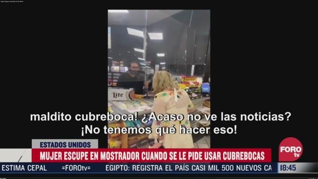mujer escupe en mostrador cuando le piden usar cubrebocas