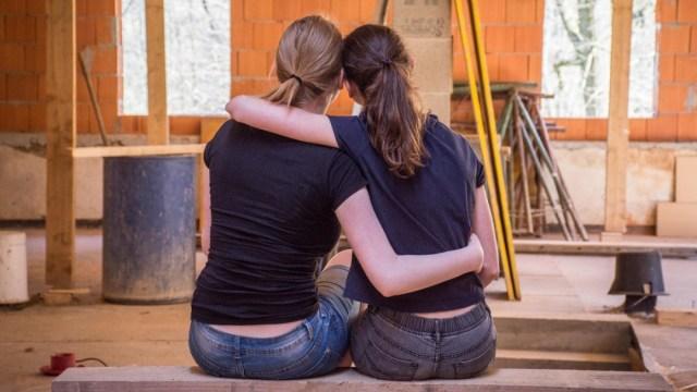 mujeres dándose un abrazo. La genetica afectaria su comportamiento afectivo segun un estudio reciente.