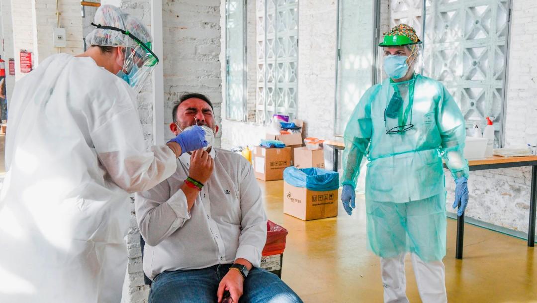 Personal sanitario realiza prueba de coronavirus a hombre