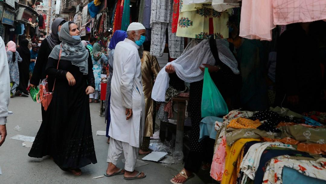 Personas con cubrebocas en mercado de Srinagar, India