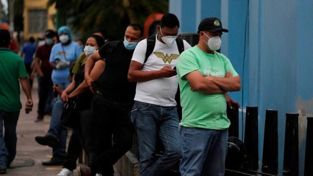 Personas formadas en el Instituto Hondureños de Seguridad Social; ataque a coronavirus podría complicarse con llegada del dengue