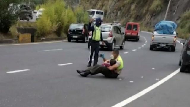 Policía abrazando a un niño durante accidente de tránsito
