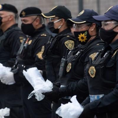 Policías capitalinos entregan cubrebocas a ciudadanos por COVID-19