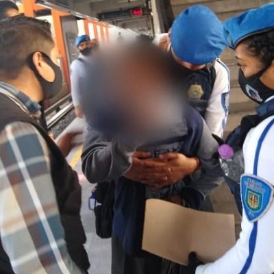 Policías evitan que hombre se arroje a vías del Metro