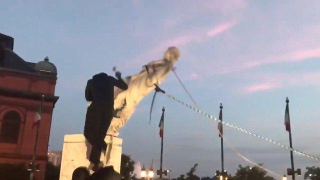 Jóvenes derriban una estatua de Cristóbal Colón en Baltimore