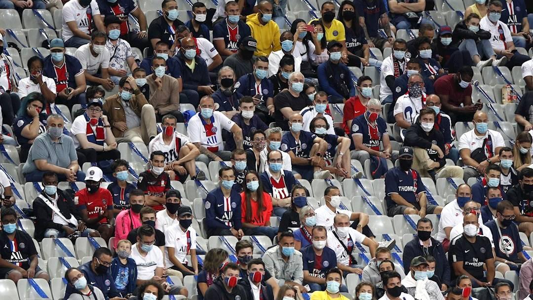 Un grupo de aficionados del Paris Saint Germain apoya a su equipo con medidas sanitarias durante la final de Copa contra el Saint Etienne el pasado 24 de julio