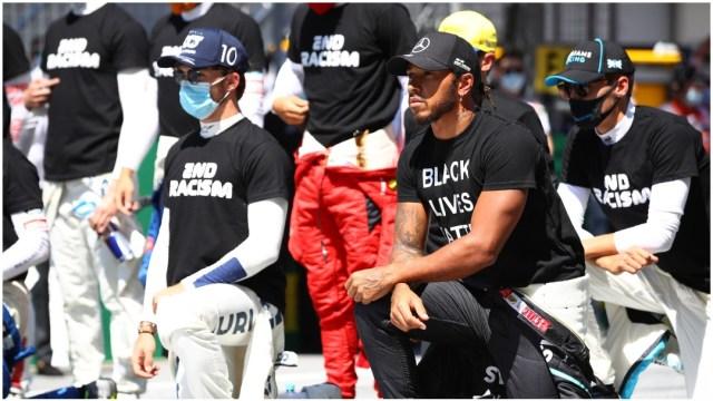 Pilotos de la Fórmula Uno se arrodillan