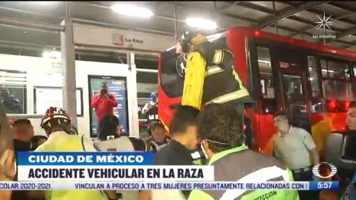 rescatan a hombre tras chocar con la parte trasera del metrobus en cdmx