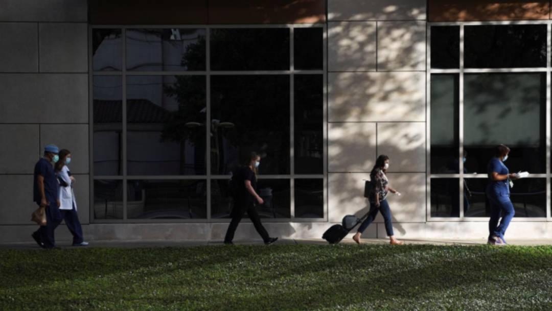 Trabajadores de la salud caminan hacia un hospital COVID-19 en Houston, Texas, Estados Unidos