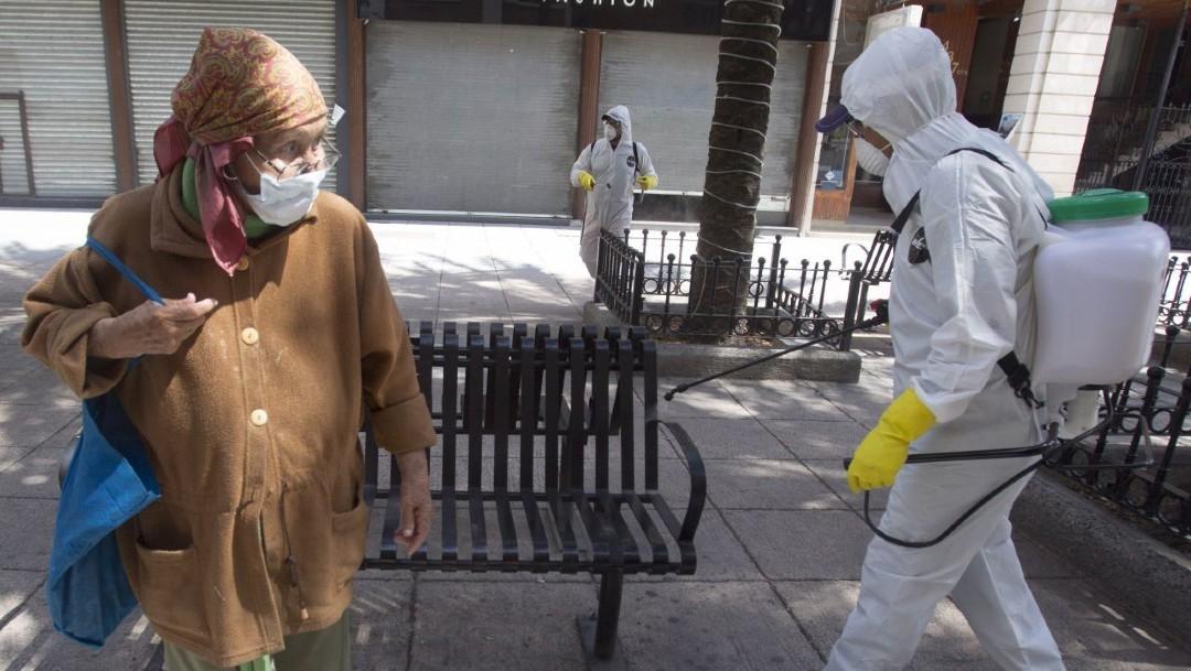 Trabajadores sanitizan las calles de Monterrey, Nuevo León; Bronco desmiente toque de queda