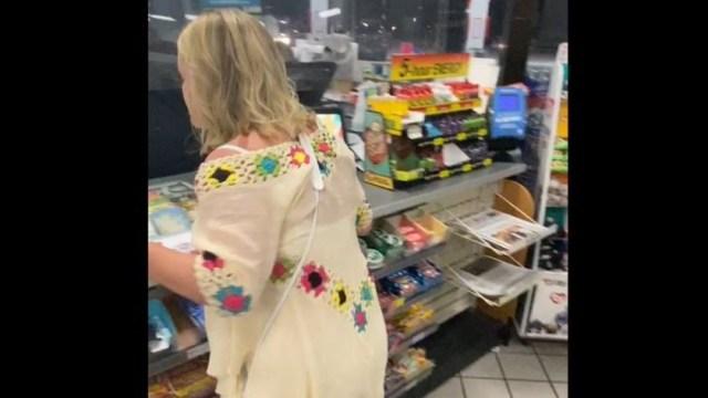 mujer se niega a ponerse mascarilla en 7-eleven