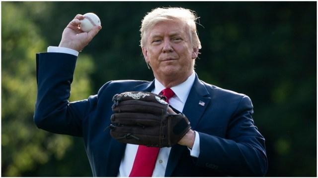 Donald Trump lanzando bola
