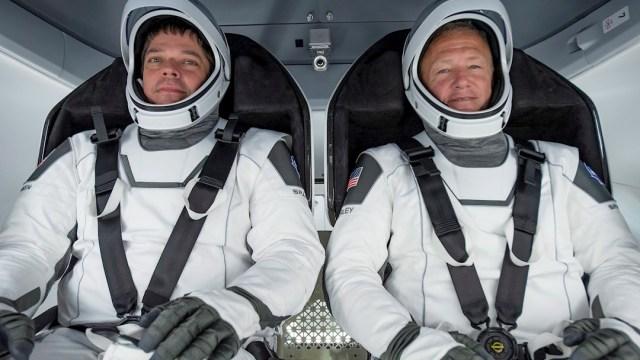 Los astronautas Robert Behnken y Douglas Hurley vienen abordo de la cápsula Dragon Endeavour SpaceX