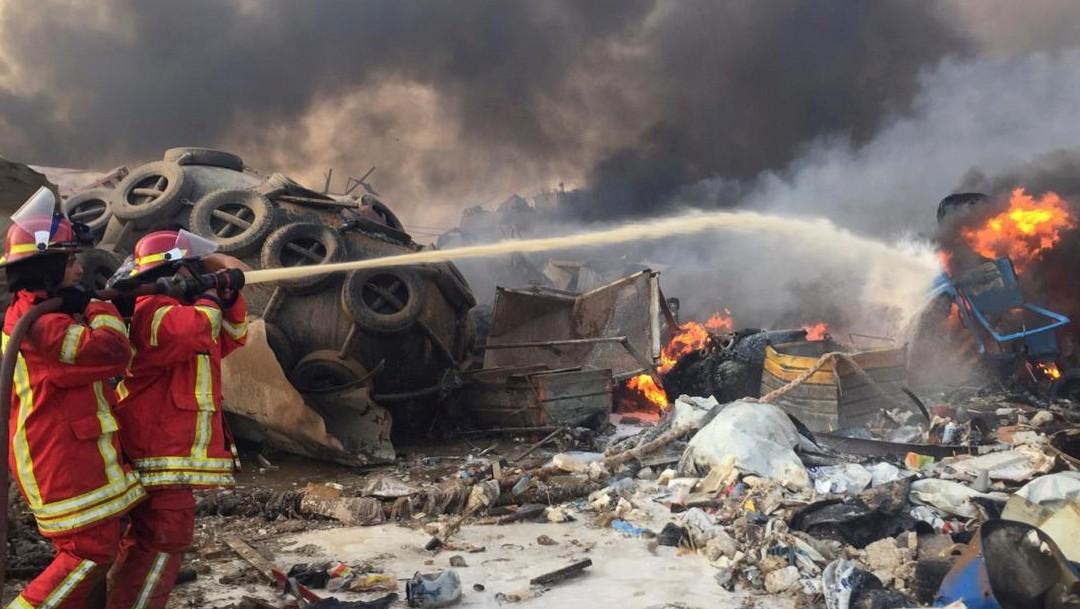 bomberos en zona de explosion en beirut, libano