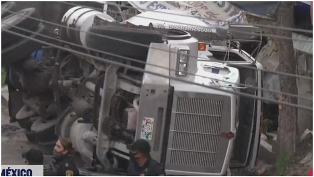 Vuelca camión revolvedora