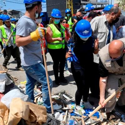 Con sus manos, libaneses reconstruyen las casas destruidas para quedarse