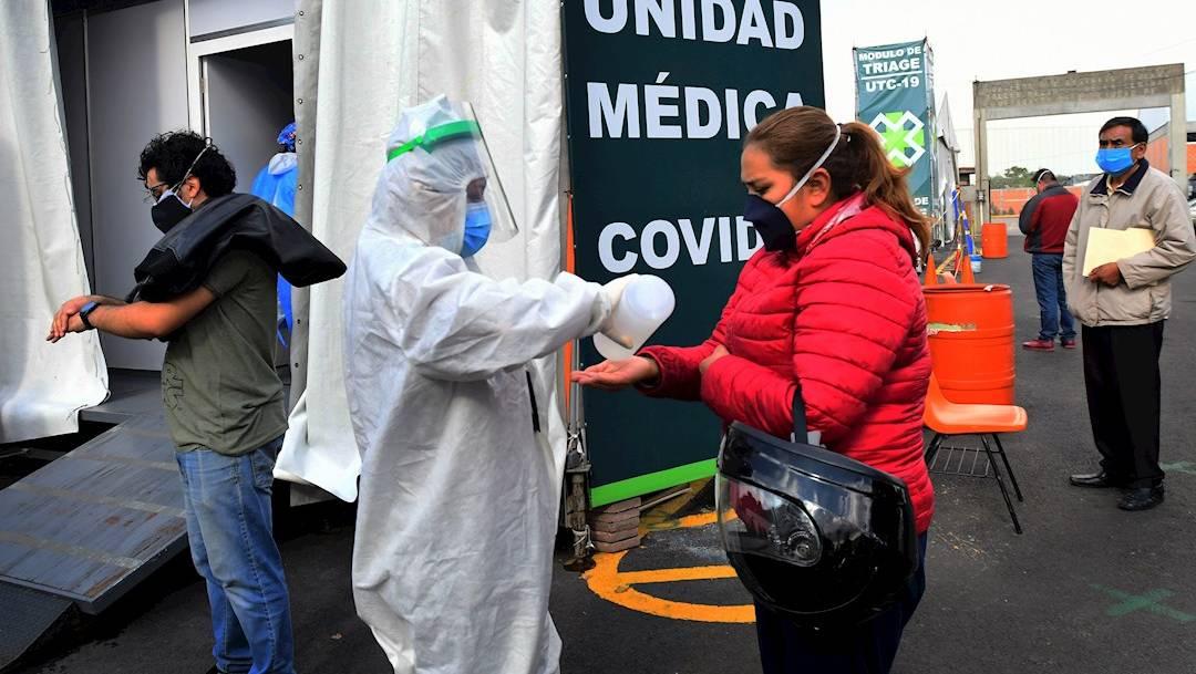 Un grupo de trabajadores de la salud realiza pruebas de COVID-19 en la Central de Abastos de la Ciudad de México
