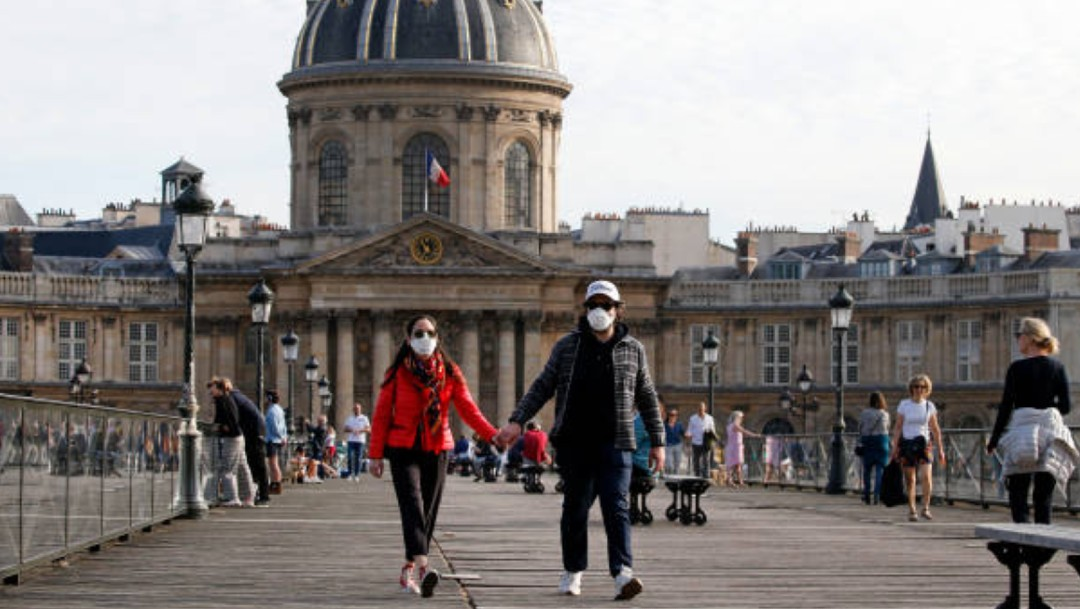 Personas con cubrebocas caminando en calles de Francia
