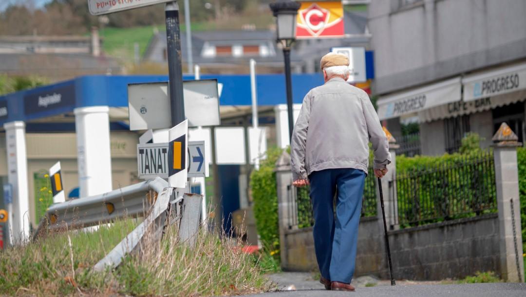 Hombre de la tercera edad camina en España