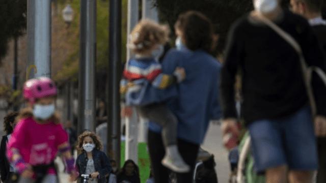 niños y padres caminan por la calles de Florida