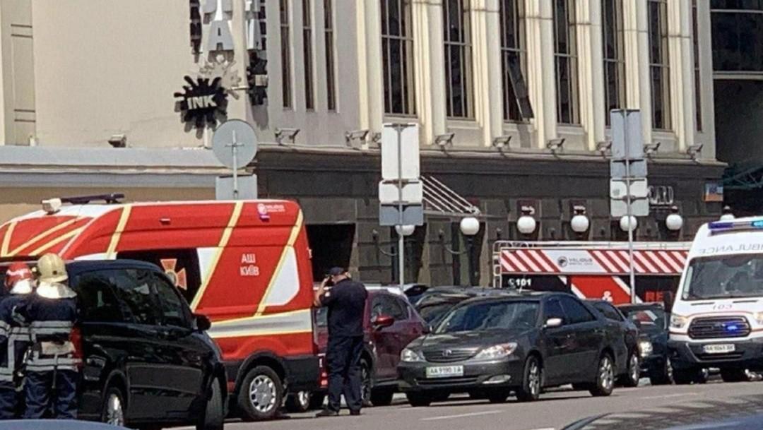 Un hombre que dice tener una bomba se atrinchera en un banco de Kiev, Ucrania