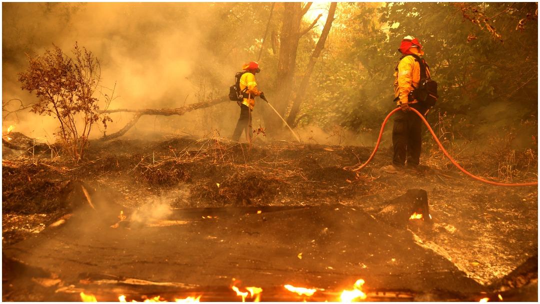 Bomberos en incendios de California