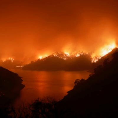 Evacuan a miles por incendios forestales en California