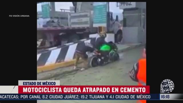 intenta evadir pago de caseta y su moto se queda atrapada en cemento