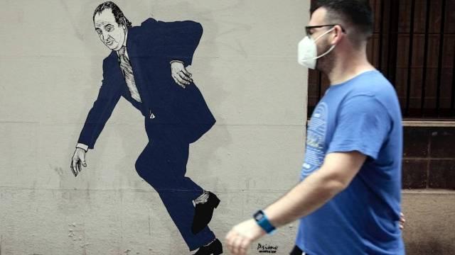 Un graffiti del Rey emérito Juan Carlos I, firmado por el artista gallego apodado el Primo de Banksy , captado este miércoles 5 de agosto en una céntrica calle de Valencia