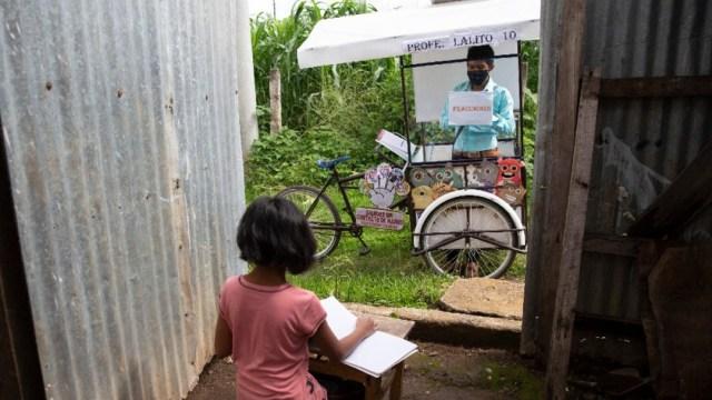 Maestro en Guatemala imparte clases a domicilio a bordo de un triciclo tras pandemia COVID-19