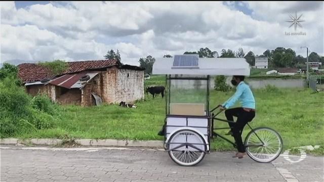 Maestro en Guatemala lleva la educación en triciclo
