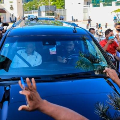 Manifestantes detienen camioneta de AMLO y piden apoyo por pandemia