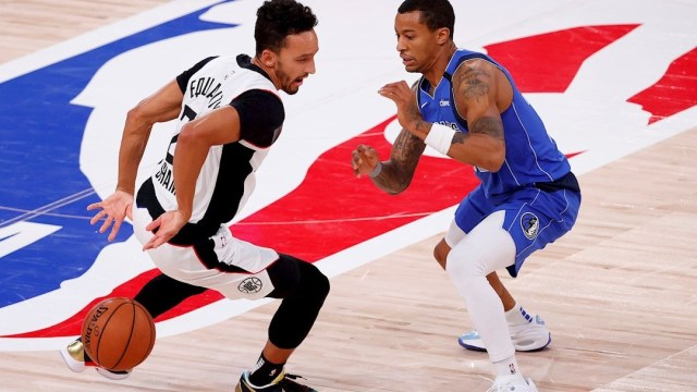 El guardia de los LA Clippers, Landry Shamet (i), dribla al guardia de los Mavericks de Dallas, Trey Burke (d).