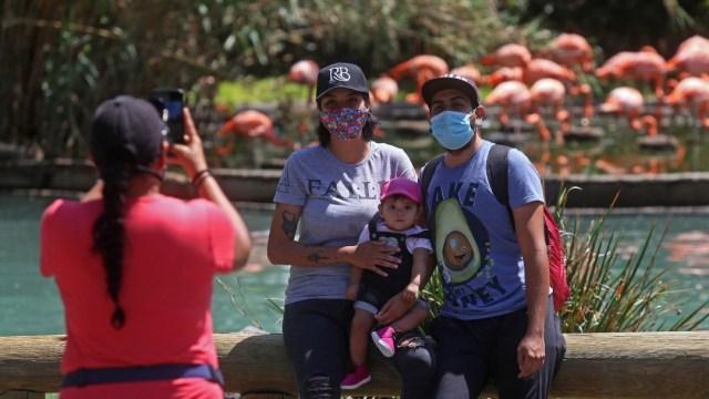Personas con cubrebocas en zoológico de Guadalajara