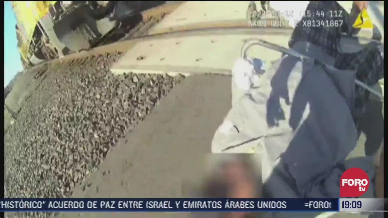 policia salva a hombre en silla de ruedas de ser arrollado por el tren