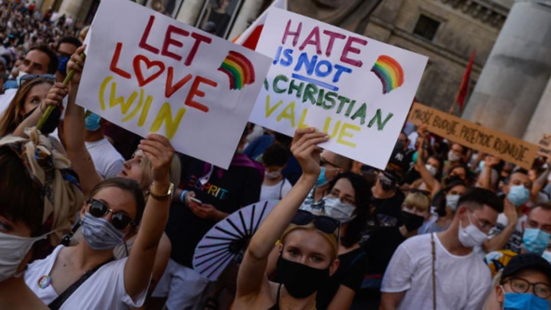 Las muestras de apoyo hacia la comunidad LGBT en Polonia chocan con un país conservador donde solo el 29% apoya los derechos gay