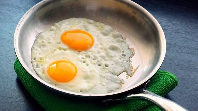 Este truco con la sal ayudará a limpiar el sartén y evitar que comida se pegue