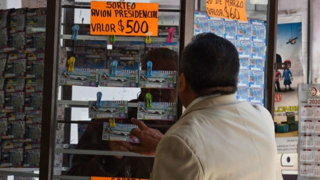 Trabajadores de Infonavit denuncian presiones para comprar cachitos de la rifa del avión