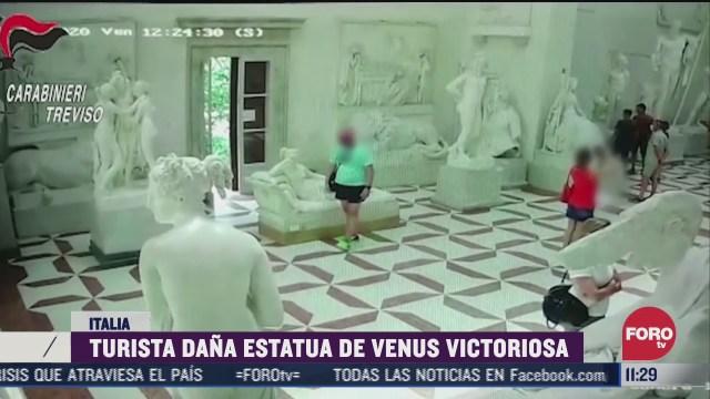 turista dana estatua de venus victoriosa en italia