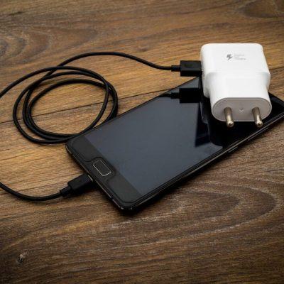 Niño de 11 años muere electrocutado mientras jugaba con su celular